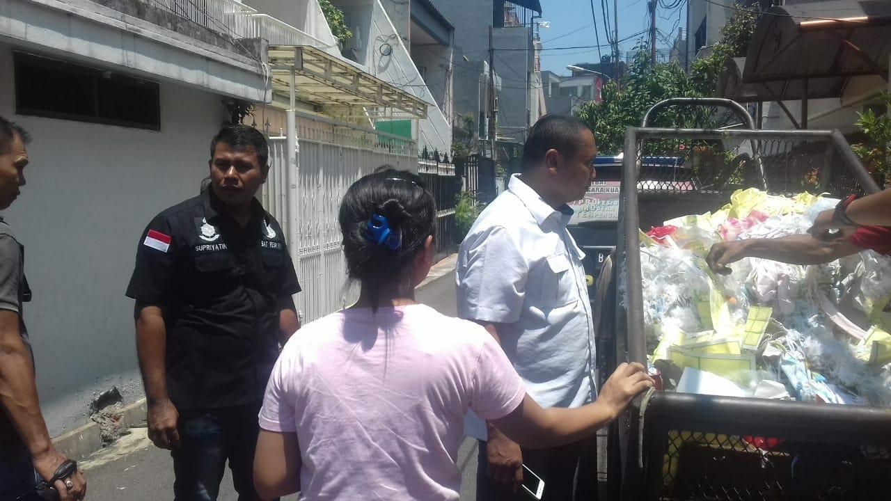 Warga Menemukan Bayi Dibuang di Gerobak Sampah Warga Menemukan Bayi Dibuang di Gerobak Sampah