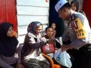 Nenek Pencari Barang Bekas Tersenyum Bahagia saat Disambangi Tim Jum'at Barokah