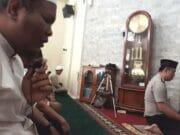 Beri Teladan pada Anggota, Kapolsek Kembangan Kumandangkan Azan dan Imami Sholat Dhuhur
