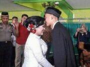 Haru! Tahanan Narkoba Ini Gelar Pernikahan di Kantor Polisi