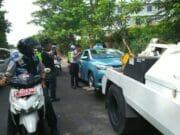 Parkir Sembarangan, Dishub Jakarta Barat Kembali Derek Tiga Mobil Taxi
